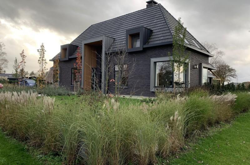 Landelijke tuin met verticale lijnen en siergrassen